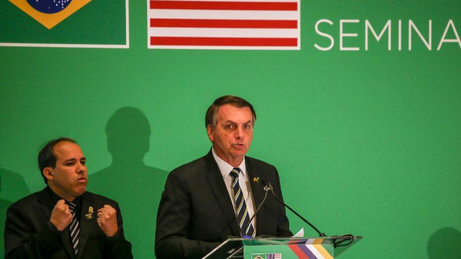 O presidente Jair Bolsonaro fala em seminário para empresários americanos em Miami, na Flórida - ZAK BENNETT/AFP