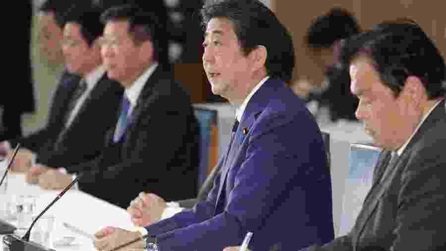 O primeiro-ministro japonês Shinzo Abe em reunião com outros membros do governo em Tóquio - JIJI PRESS/AFP