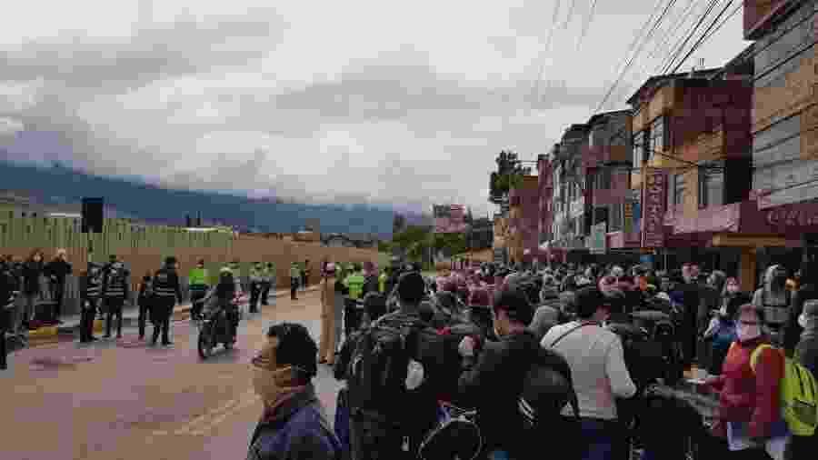 Em frente ao aeroporto vigiado pela polícia em Cusco, turistas brasileiros aguardam ser chamados para embarcar em voo com destino ao Brasil - Luciana Sarmento/UOL