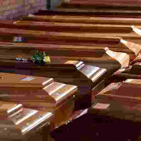 Caixões de pessoas que morreram por causa do coronavírus em igreja no norte da Itália -