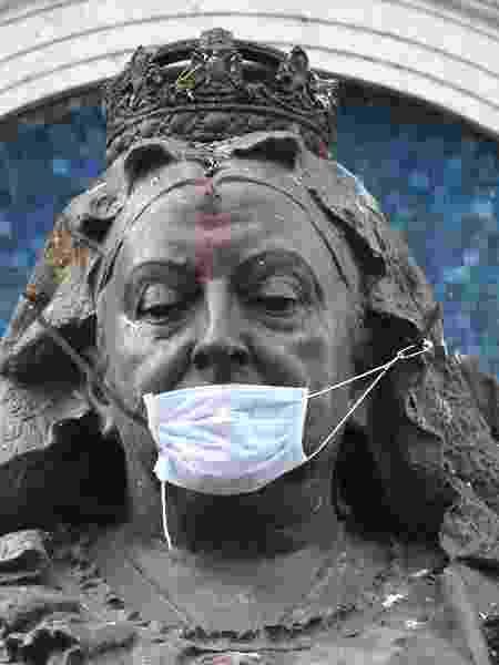 Na Inglaterra, estátua da rainha Victoria é fotografada com máscara durante pandemia do coronavírus - Anthony Devlin/Getty Images