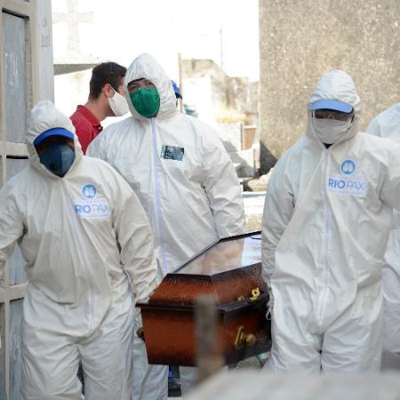 Sepultamento de vitimas de coronavirus no Cemitério de Irajá, na zona norte do Rio, nesta quinta-feira (30) - JORGE HELY/ FRAMEPHOTO/ ESTADÃO CONTEÚDO