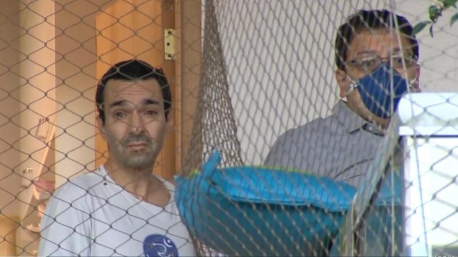 O superintendente da Secretaria de Saúde do Estado do Rio, Carlos Frederico Verçosa Duboc (de camiseta branca), foi preso durante operação do MPRJ e da Polícia Civil - Reprodução/Tv Globo