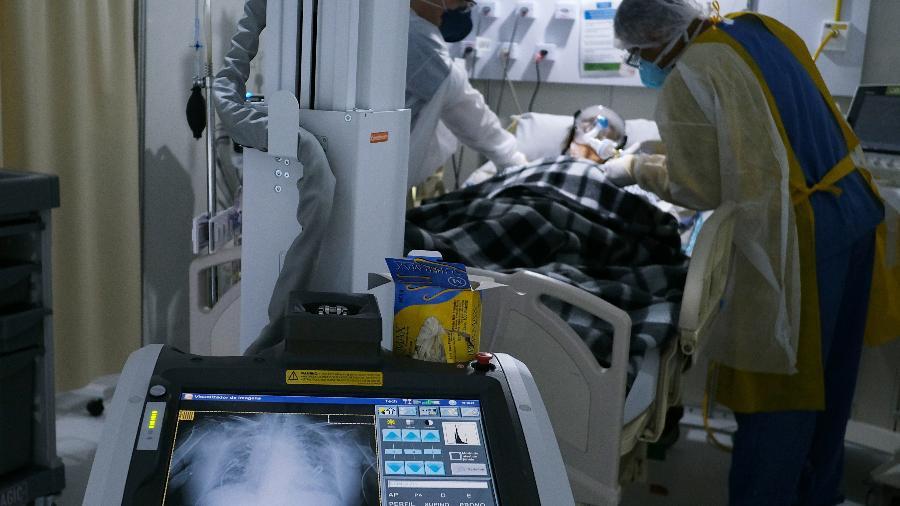 Paciente com Covid-19 em hospital de campanha no Rio de Janeiro (RJ) - Ricardo Moraes