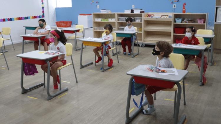 Alunos mantêm o distanciamento em sala de aula de escola da Maple Bear, em São Luís (MA), onde colégios particulares já podem funcionar - Divulgação/Maple Bear - Divulgação/Maple Bear