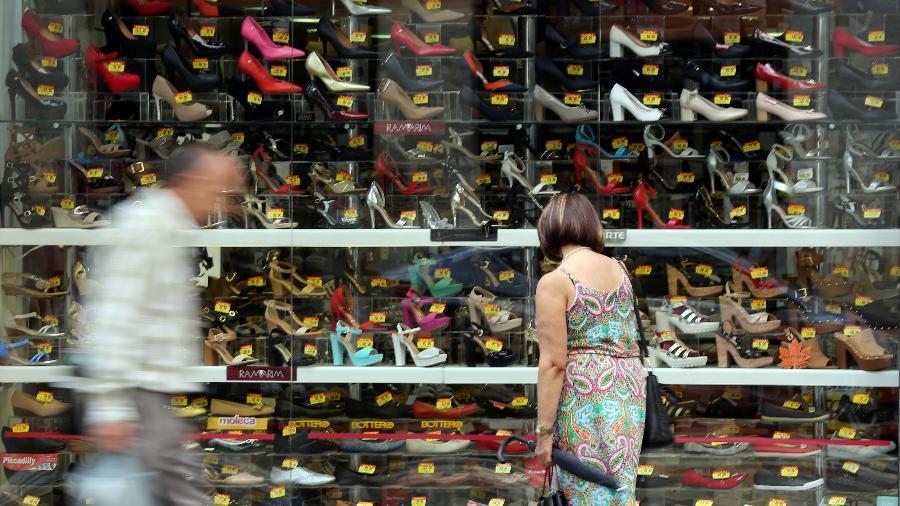 Consumidor olha vitrine de uma loja de sapatos em São Paulo - Paulo Whitaker