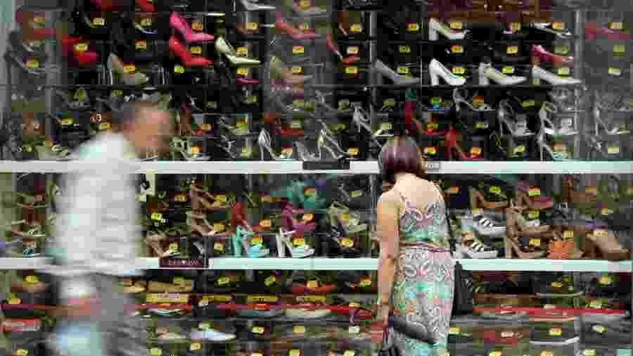 Consumidor em loja de sapatos em São Paulo - Paulo Whitaker