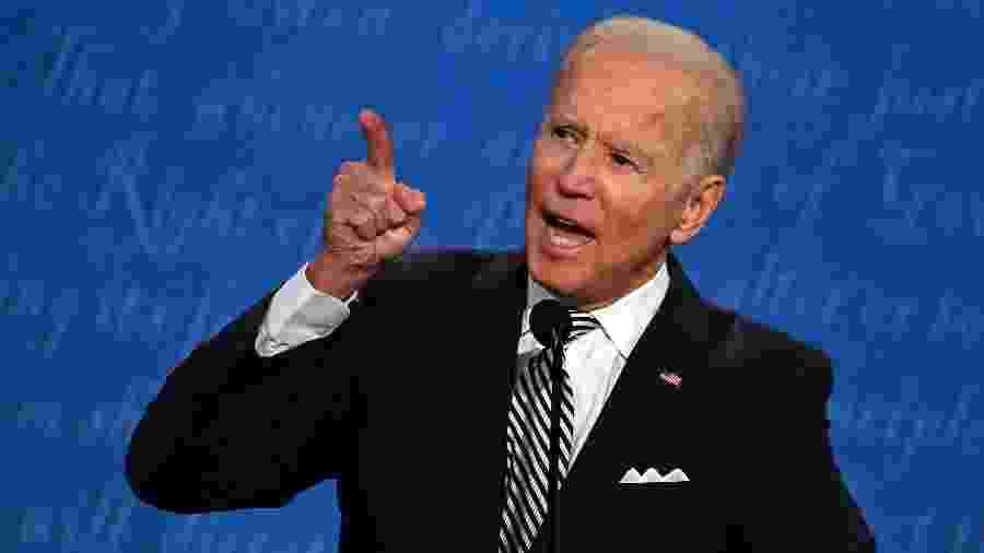 Biden aponta o dedo em direção a Donald Trump durante debate presidencial em Cleveland (Ohio) - JIM WATSON/AFP
