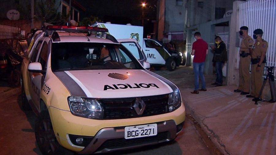 Polícia em frente à casa em Curitiba onde bebê morreu após não receber cuidados do pai - Reprodução