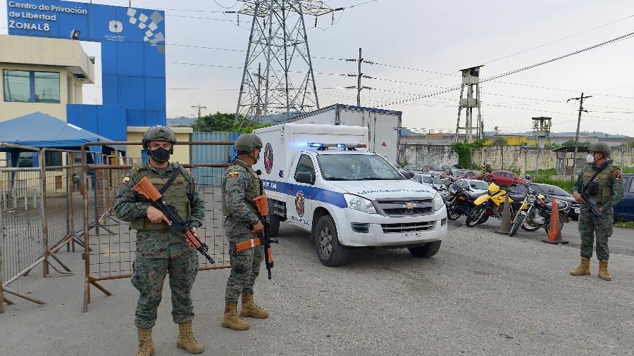 Ambulância de medicina legal deixa o presídio em Guayaquil, no Equador - Marcos Pin Mendez/AFP