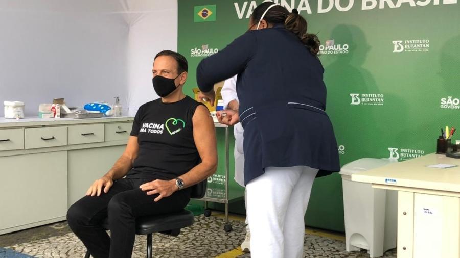 Doria foi vacinado contra a covid-19 pela enfermeira Mônica Calazans - Lucas Borges Teixeira/UOL