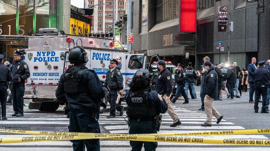 Policiais na Times Square após um tiroteio que deixou 3 pessoas, incluindo uma criança, feridas - Jeenah Moon/Reuters