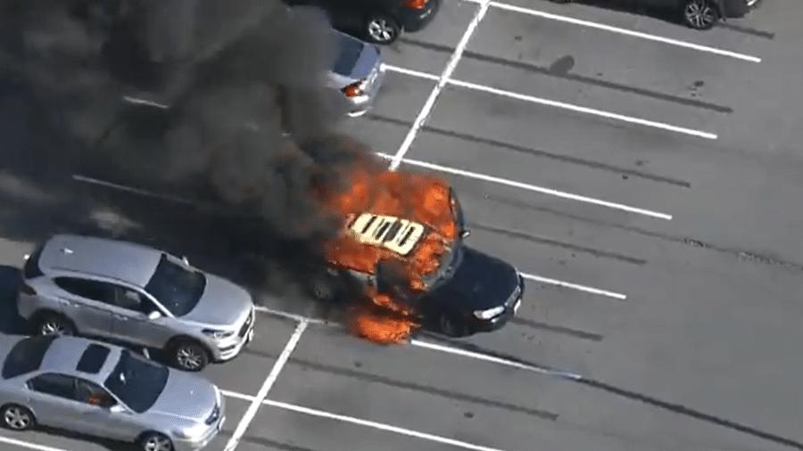 Carro pegou fogo após álcool gel se misturar a cigarro - Reprodução/Twitter