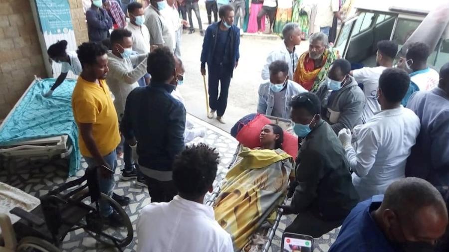 Mulher é levada para o Ayder Referral Hospital, em Mekele, após ataque aéreo na região do Tigré, na Etiópia - Tigray Guardians 24 via Reuters
