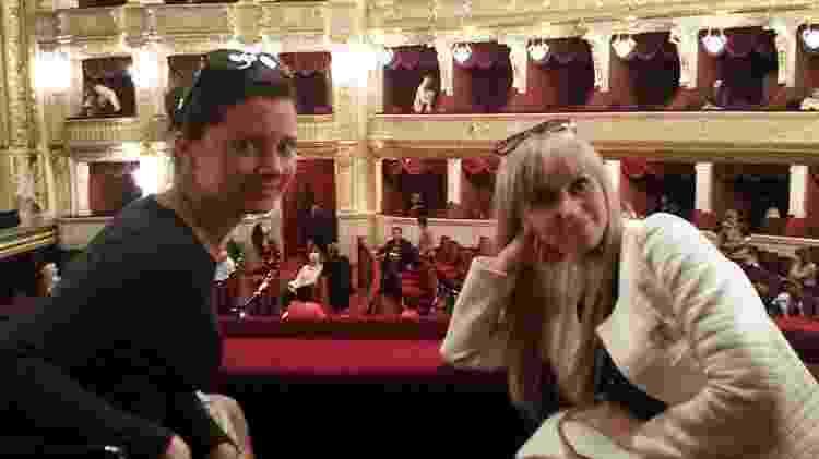 Julia e Irina em uma noite com James na ópera - BBC - BBC