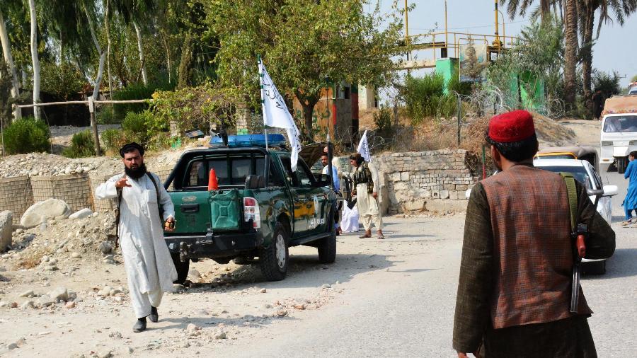 18.set.2021 - Membros do Talibã inspecionam local de uma explosão em Jalalabad - STR/AFP