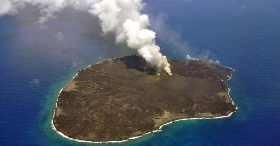 7.jul.2015 - Vulcão da ilha japonesa de Nishinoshima entra em erupção. A superfície da ilha aumentou 12 vezes de tamanho em um ano e meio por conta da quantidade de lava expelida pelo vulcão