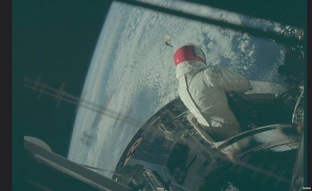 A equipe da missão Apollo 9 inicia uma caminhada espacial