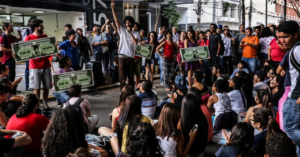 11.nov.2015 - Alunos decidem manter ocupação. Manifestantes que apoiam o protesto fizeram sarau em frente à escola estadual Fernão Dias, no bairro de Pinheiros, zona oeste de São Paulo