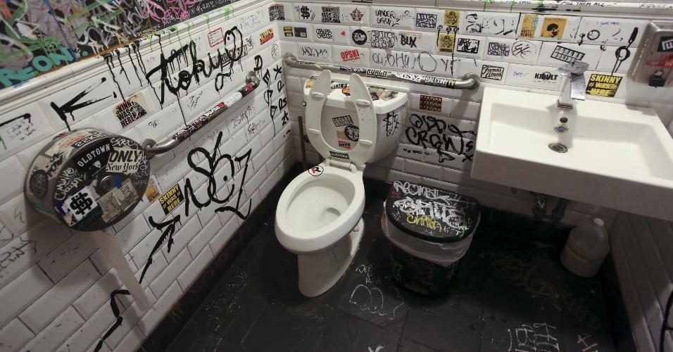 19.nov.2015 - O movimento e bastante cultural bairro de Williamsburg, em Nova York, tinha que contar com um banheiro especial. No caso, este conta com grafites espalhados pela parede.