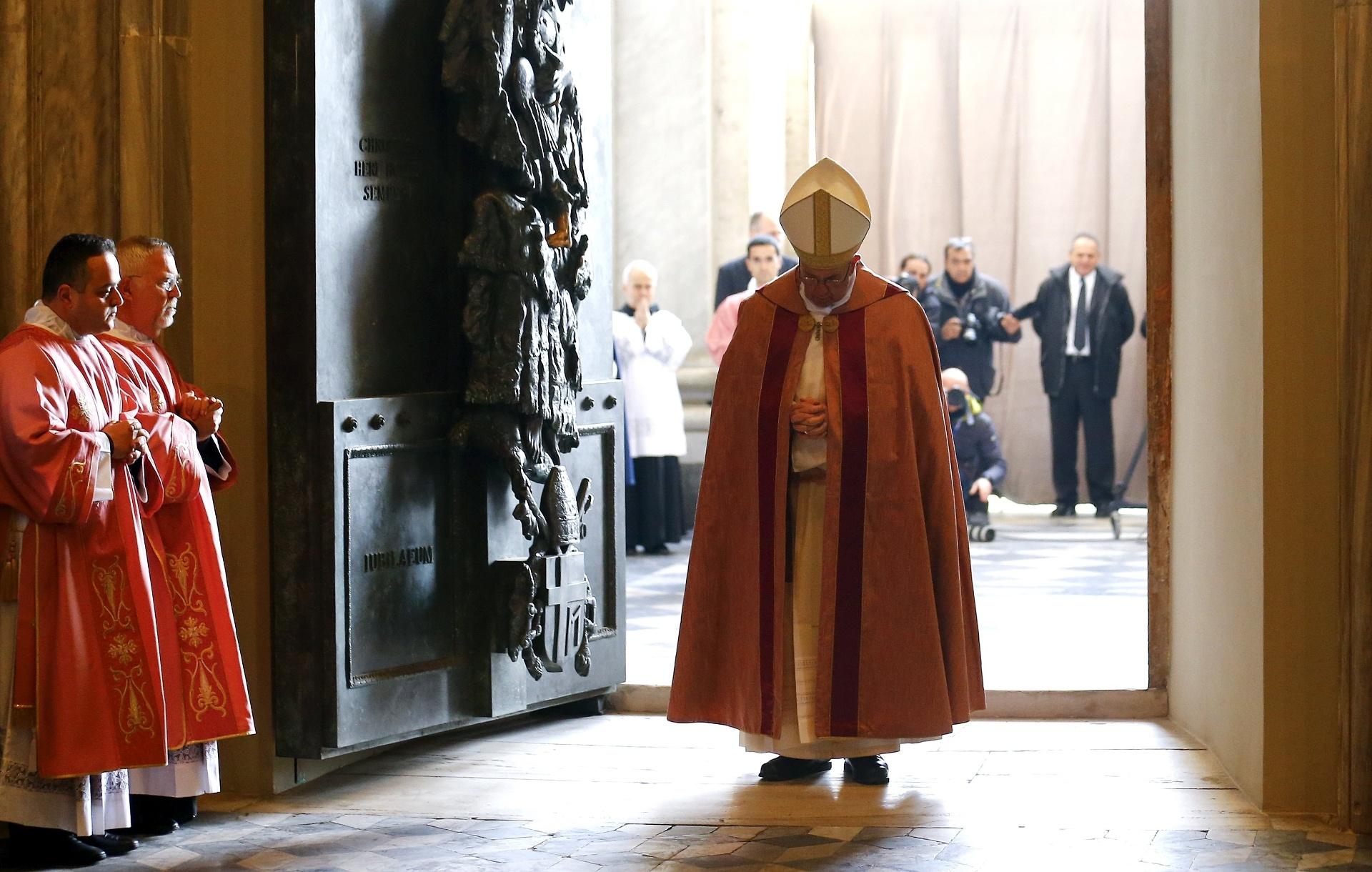 13.dez.2015 - Papa Francisco abre a Porta Santa da Basílica de São João de Latrão, que marca o início do Ano Santo da Misericórdia, no Vaticano. Na missa que precedeu a abertura, o pontífice disse que está iniciado o