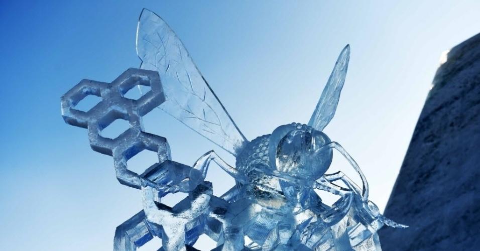 8.jan.2016 - A escultura de uma abelha feita no gelo foi premiada em disputa internacional realizada em Harbin, no nordeste da China. Trinta equipes de onze países participram da competição