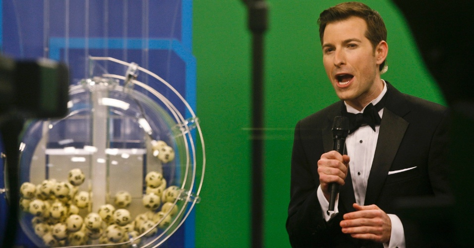 10.jan.2016 - O apresentador Sam Arlen anuncia as dezenas sorteadas neste domingo em Nova York na Powerball - loteria multiestadual dos EUA. Sem acertadores, o prêmio de U$ 900 milhões, que já era o maior da história em uma loteria norte-americana, acumulou para US$ 1,3 bilhão - ou mais de R$ 5 bilhões na cotação atual. Os números sorteados foram: 16 - 19 - 32 - 34 - 57