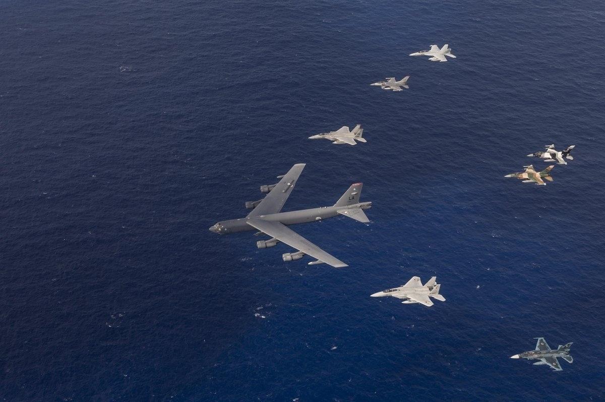 13.jan.2016 - Aeronaves da Força Aérea dos Estados Unidos, Japão e Austrália participaram de exercício na costa de Guam, em fevereiro de 2015. As equipes trabalharam o desenvolvimento de capacidade de combate, interdição aérea, transporte tático e reabastecimento aéreo