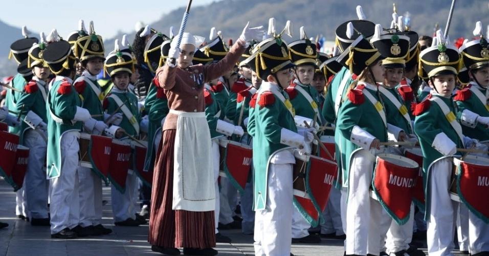 """20.jan.2016 - Crianças usam uniforme militar e tocam instrumentos musicais em desfile chamado de """"Tamborrada"""", em San Sebastian, cidade espanhola localizada no País Basco. A cerimônia é feita em celebração do dia de São Sebastião, comemorado hoje"""