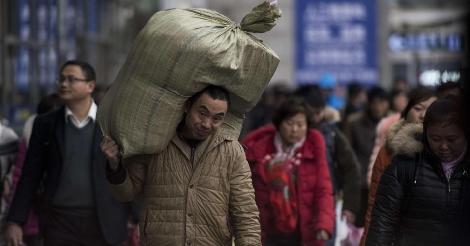 29.jan.2016 - Passageiros caminham em estação de trem de Shangai antes de embarcarem para viagem de comemoração do Ano-Novo chinês. As festividades começam no dia 8 e fevereiro e geram o maior fluxo migratório do planeta, com 2.9 bilhões de desclocamentos