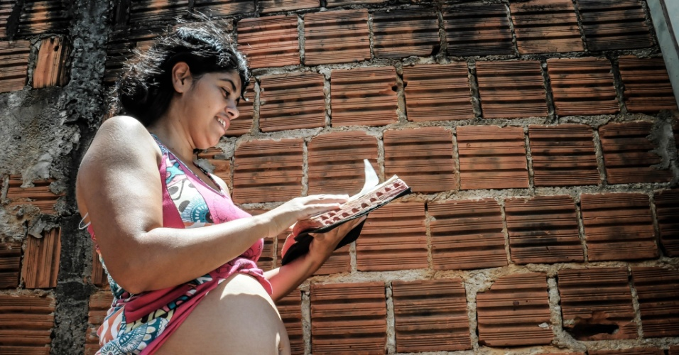 """9.fev.2016 - Elisângela Ferreira Maia Zampier, 36,moradora de Ribeirão Preto, interior de São Paulo. Grávida de 15 semanas, ela foi diagnosticada com dengue no dia 2 e incluída no grupo suspeito de zika. """"É uma agonia sem fim"""", afirmou"""