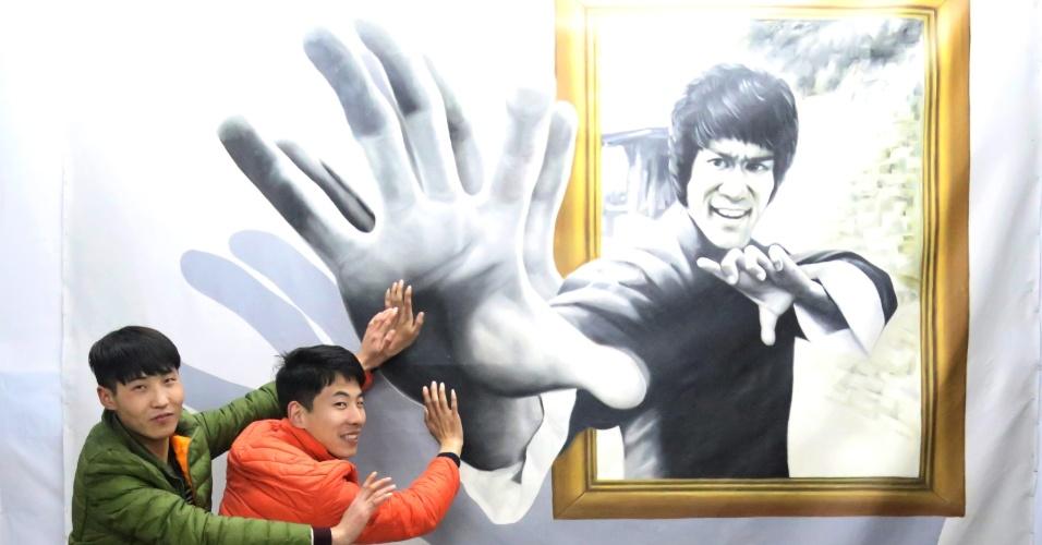 13.fev.2016 - Visitantes posam com pintura em terceira dimensão do ator Bruce Lee em Jiaozuo, na província central de Henan, China. Uma exposição de pinturas em 3D atraíram muitos turistas durante o feriado do Festival de Primavera do país