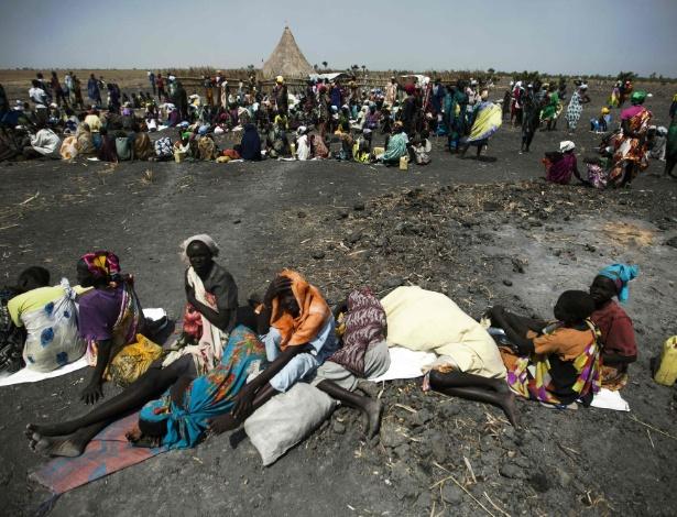 Um grande número de pessoas espera por ajuda ajuda em Thonyor, no Sudão do Sul, após fugirem de Leer