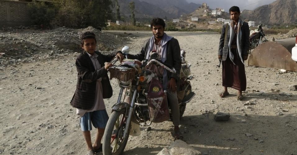 26.mar.2016 - Iemenitas posam para foto em uma rua de Haydan, no norte do pais. Dias antes, a cidade havia sido atingida por um bombardeio, que destruiu o hospital do MSF (Médicos Sem Fronteiras). A imagem foi feita em 29 de outubro pela fotógrafa Rawan Shaif durante viagem por cidades das áreas controladas pelos houthis no norte do Iêmen, entre outubro de 2015 e fevereiro deste ano, para documentar os efeitos da guerra na população. Há exatamente um ano, tiveram início os bombardeios da coalizão árabe contra os houthis. Segundo os rebeldes, os ataques já mataram quase 9.000 pessoas no país