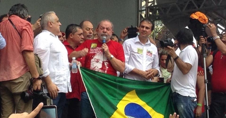 2.abr.2016 - Ex-presidente Luiz Inácio Lula da Silva discursa em ato contra o impeachment de Dilma Rousseff em Fortaleza. Durante sua fala, Lula criticou seus adversários e prometeu ajudar a presidente