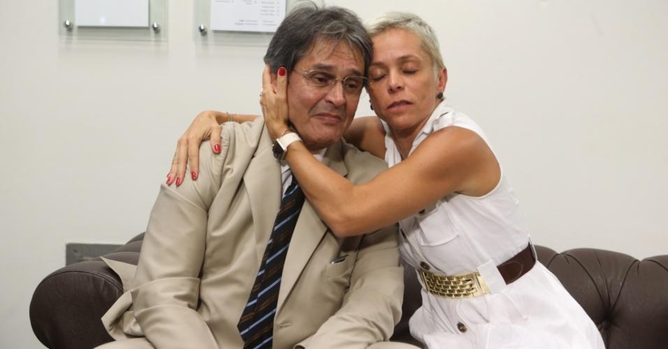 6.abr.2016 - O ex-deputado Roberto Jefferson (PTB-RJ) se emocionou ao voltar à Câmara 11 anos após ter o mandato cassado por sua participação no escândalo do Mensalão. Ele chorou ao receber um botom de deputado da filha, a deputada Cristiane Brasil (PTB-RJ)