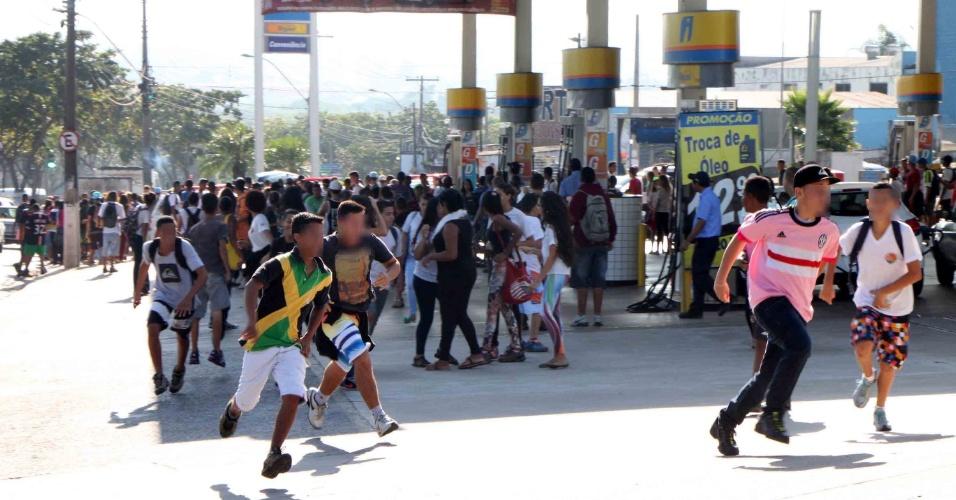 13.abr.2016 - Estudantes correm das bombas de gás atiradas pela Polícia Militar durante um protesto contra os desvios de verba da merenda escolar na avenida Ruy Rodrigues, no Ouro Verde, em Campinas (SP), na manhã desta quarta-feira