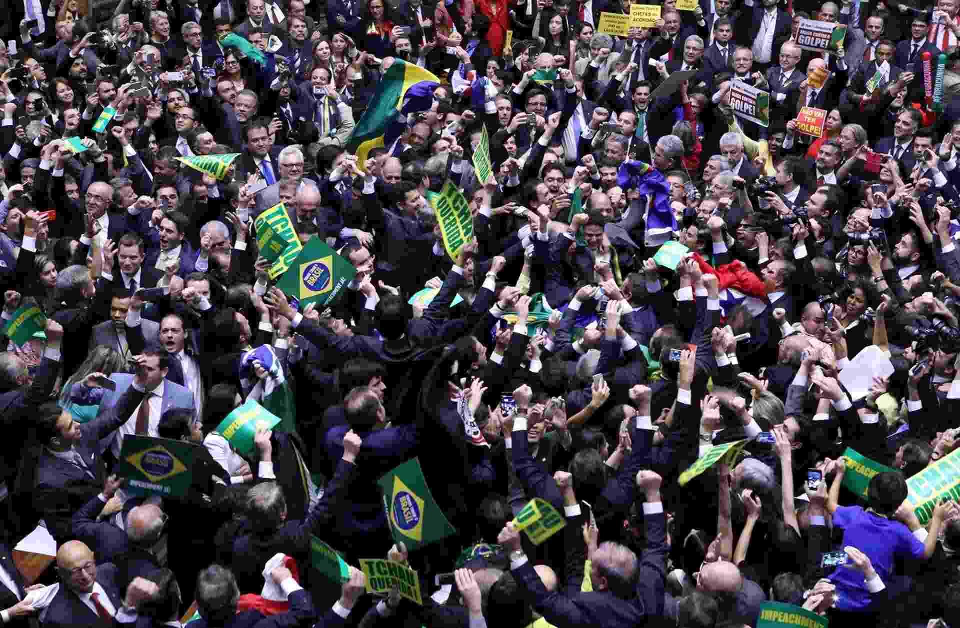 17.abr.2016 - Parlamentares contrários ao governo de Dilma Rousseff (PT) gritam e fazem festa na Câmara com a aprovação da continuidade do impeachment da presidente Dilma (PT). A ação agora segue para o Senado julgar - Antonio Augusto/Câmara dos Deputados