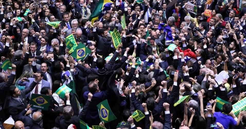 17.abr.2016 - Parlamentares contrários ao governo de Dilma Rousseff (PT) gritam e fazem festa na Câmara com a aprovação da continuidade do impeachment da presidente Dilma (PT). A ação agora segue para o Senado julgar