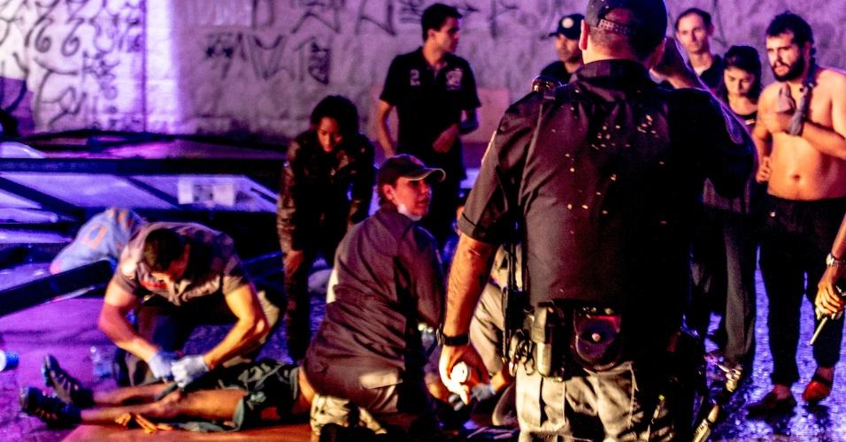 16.mai.2016 - Estruturas metálicas caíram na região do Viaduto do Chá, no centro de São Paulo, durante o temporal que atingiu a região na tarde desta segunda-feira. Pelo menos três pessoas teriam ficado feridas. Segundo o Corpo de Bombeiros, o desabamento teria acontecido por volta das 16h30