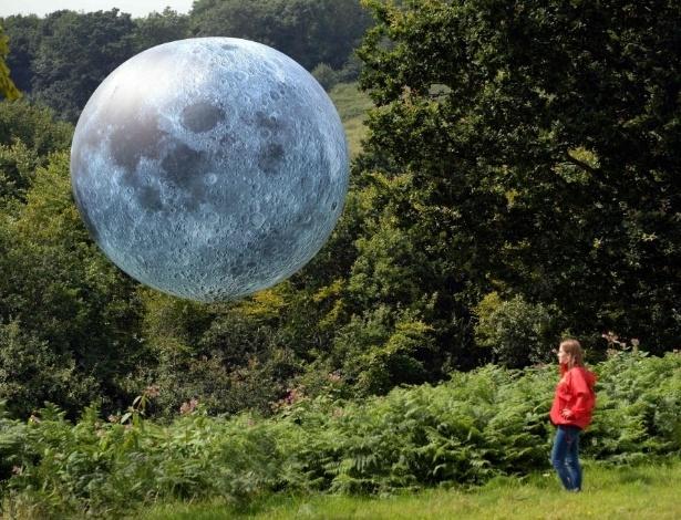 11.ago.2016 - Menina observa uma obra de arte chama de ?Museu da Lua?, durante o Festival Internacional de Balões, em Bristol, Inglaterra. O evento é a maior reunião de balões de ar quente da Europa e acontece de 11 a 14 de agosto