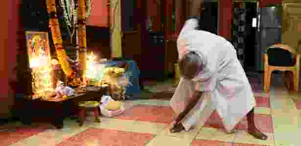 18.ago.2016 - O monge indiano Swami Sivananda, que afirma ter 120 anos, mostra passaporte na casa de um de seus seguidores em Kolkata - Dibyangshu Sarkar/AFP - Dibyangshu Sarkar/AFP