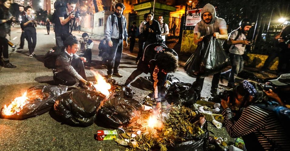 31.ago.2016 - Manifestantes incendeiam saco de lixo na Avenida da Consolação no protesto contra o impeachment da ex-presidente Dilma Rousseff. Dilma foi condenada nesta quarta-feira (31) pelo Senado no processo de impeachment por ter cometido crimes de responsabilidade na condução financeira do governo. O impeachment foi aprovado por 61 votos a favor e 20 contra