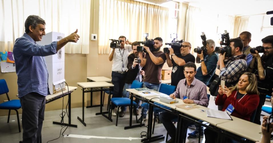 2.out.2016 - O candidato à Prefeitura de Porto Alegre pelo PMDB, Sebastião Melo, vota no Colégio Leonardo da Vinci. Melo chegou acompanhado de militantes, deputados estaduais e federais, na manhã deste domingo