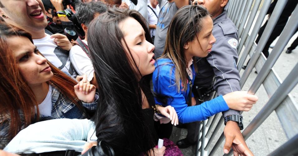 5.NOV.2016 - Candidatos se aglomeram em frente à Uninove, na zona oeste de São Paulo, após os fechamento dos portões do Enem. Alguns tentaram argumentar com seguranças na tentativa de entrar mesmo após o horário