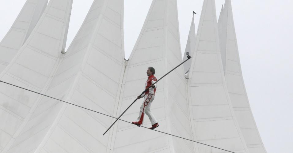 15.nov.2016 - Equilibrista suíço anda sobre cabo de aço em frente ao Tempodrom , em Berlim