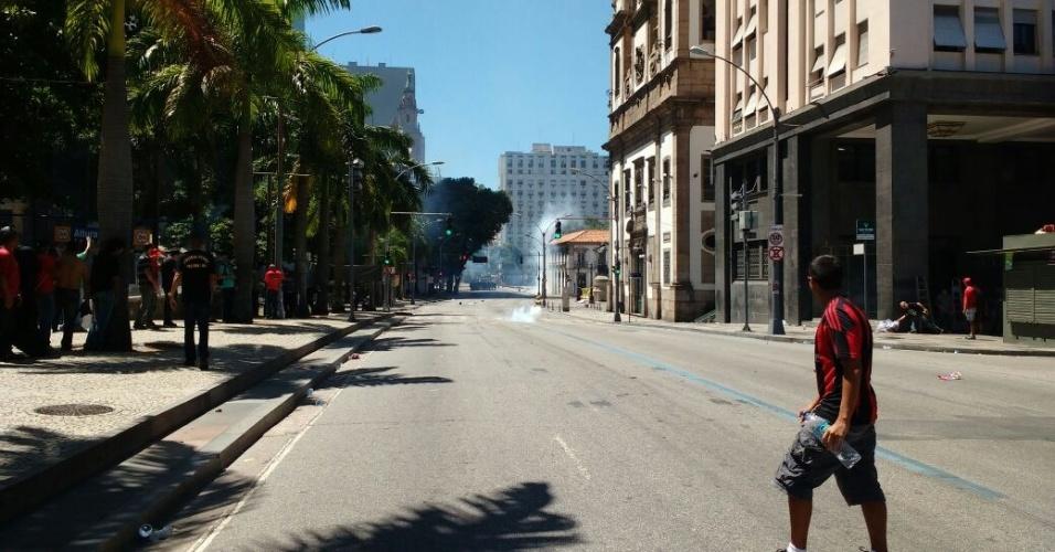 6.dez.2016 - Manifestantes reclamam que policiais militares estão disparando balas de borracha do segundo andar de igreja vizinha ao Palácio Tiradentes, sede da Alerj (Assembleia Legislativa do Estado do Rio de Janeiro), no centro da capital fluminense