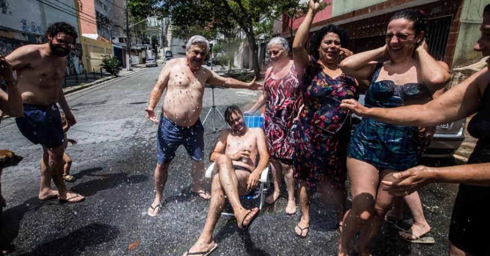 Moradores da Pompeia, na zona oeste de São Paulo, aproveitaram a água de uma bica para fazer uma cascata improvisada e até mesmo encher uma piscina