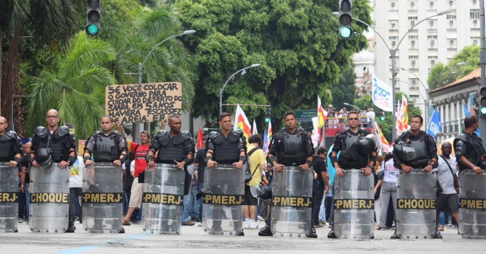1.fev.2017 - PMs fazem cordão de isolamento na Alerj, para evitar que manifestantes cheguem perto da Casa