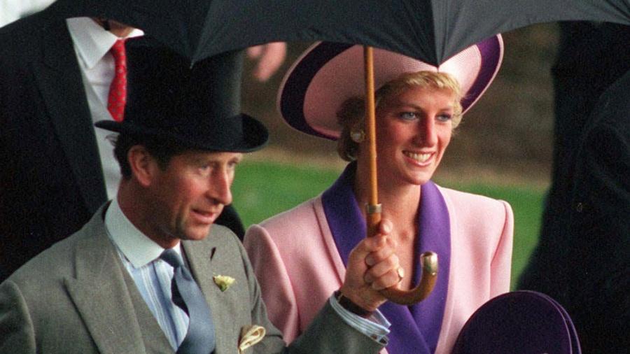 Imagem em junho de 1990 mostra o príncipe Charles e a princesa Diana em Londres; um novo documentário trata os problemas de relacionamento de Lady Di com o marido e com a família real - Martyn Hayhow/Reuters